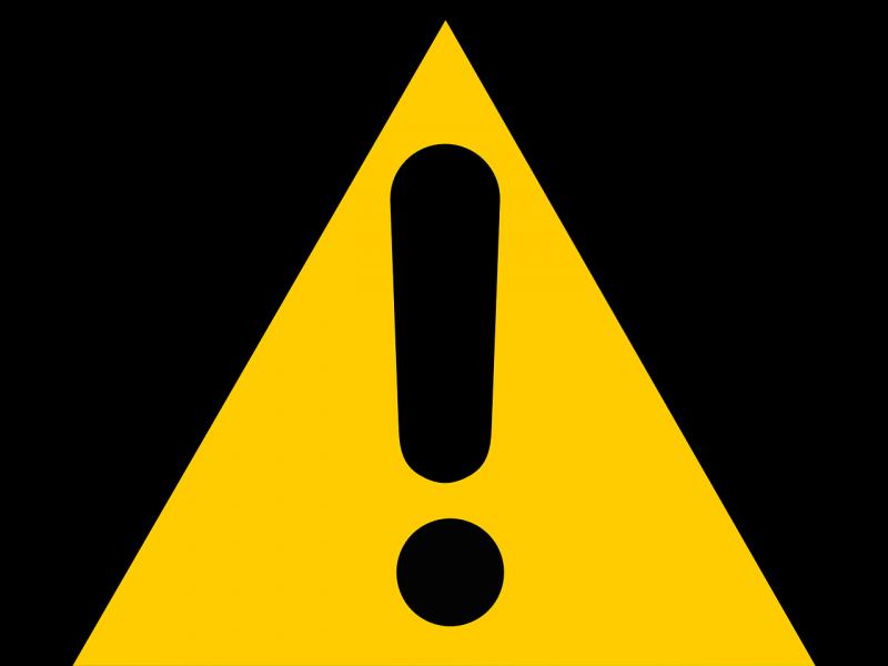 znak żółtego trójkąta z wykszyknikiem