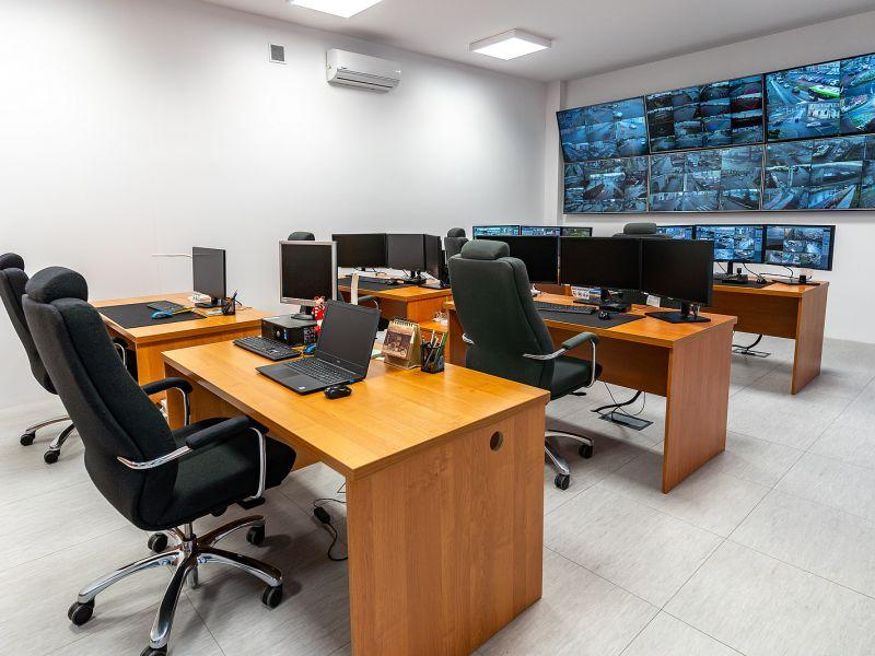 Na zdjęciu centrum monitoringu w kamienicy pl. Kościuszki 24. Na fotografii widać monitory monitoringu oraz wyposażenie biurowe