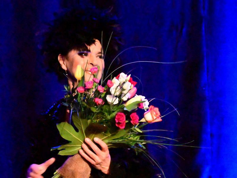 Na zdjęciu Yaga Kowalik po koncercie z bukietem kwiatów