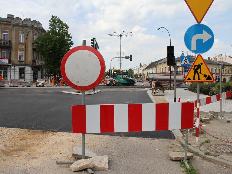 Na zdjęciu remont drogi DW 713 w Tomaszowie Mazowieckim. Na pierwszym planie barierka ze znakiem