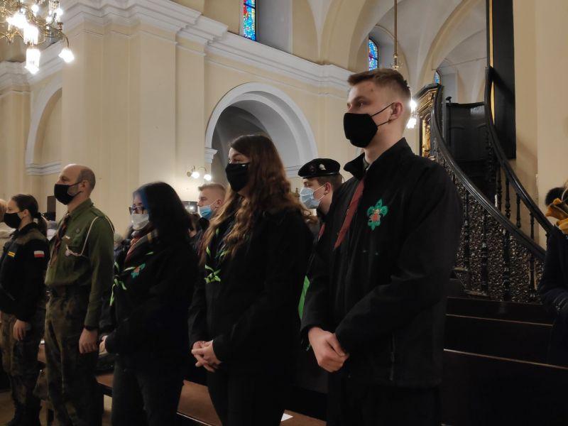 Na zdjęciu delegacja harcerzy w Sanktuarium św. Antoniego podczas przekazywania Światełka Pokoju. Na fotografii harcerze stoją w pierwszum rzędzie w kościele